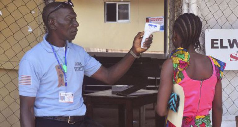 Um familiar da criança infetada, em Monrovia.