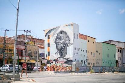 """Um grafite com a imagem de Mestre Jerônimo em uma das ruas que dão acesso ao Morro Santa Terezinha. """"É uma vida desgraçada essa nossa, tão desgraçada que parece que as autoridades têm medo de olhar pra ela cara a cara"""", dizia o pescador, que foi ao Rio de Janeiro pelo menos duas vezes de jangada para cobrar os direitos dos pescadores."""