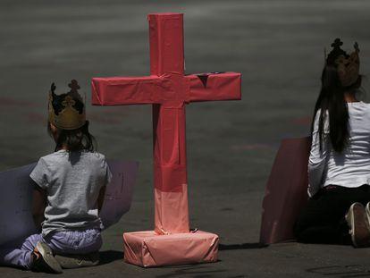 Meninas durante os protestos do domingo na praça Zócalo, na Cidade do México.