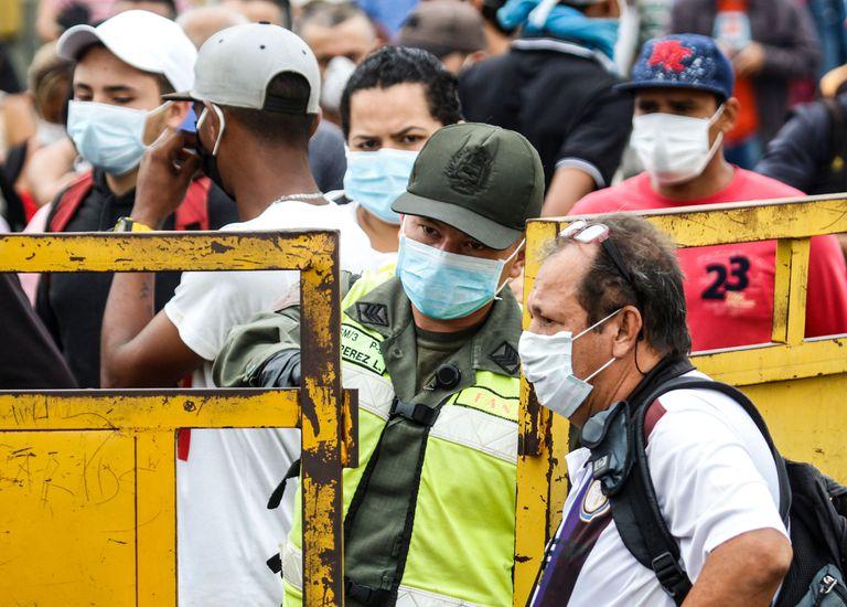 Grupo de pessoas na ponte Simón Bolívar em Cúcuta (Colômbia), que conecta o país com a Venezuela.