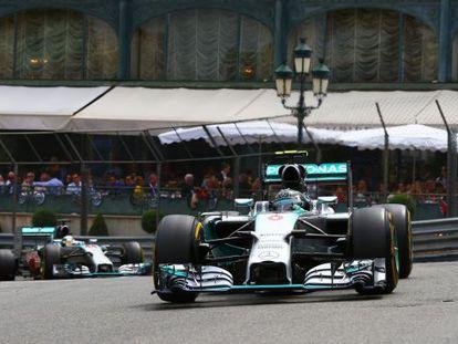 Rosberg lidera a corrida à frente de Hamilton.