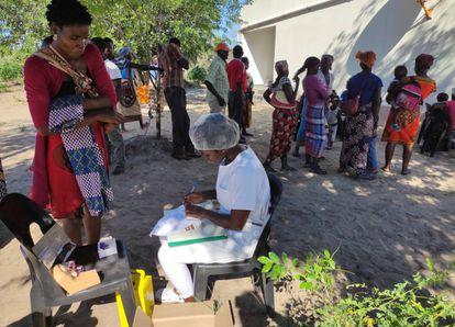 Joana Mauricio, enfermeira do hospital de Moamba (Moçambique), participa da equipe que a cada três meses viaja a comunidades remotas para informar sobre saúde sexual e reprodutiva e distribuir anticoncepcionais às mulheres que solicitam. No começo de março, ela esteve na aldeia de Mahulane.