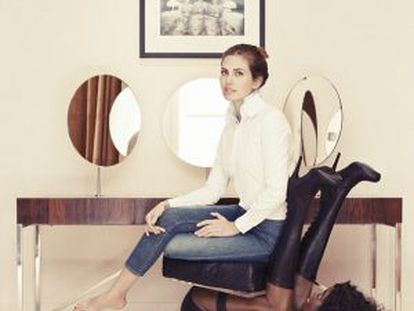 Dasha Zhukova sentada na cadeira polêmica.