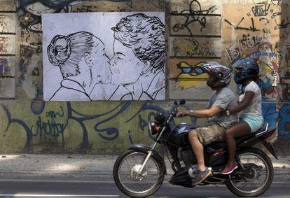 Cartaz da artista Cela Luz, no Rio.