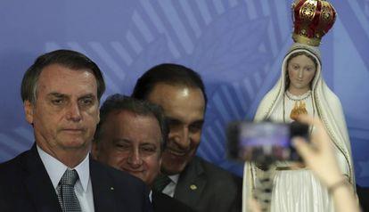 Bolsonaro posa para foto com imagem de Nossa Senhora de Fátima.