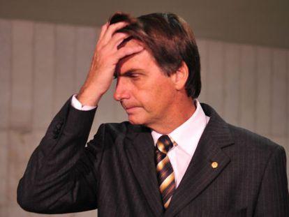 O deputado Jair Bolsonaro fala à imprensa em 2011.