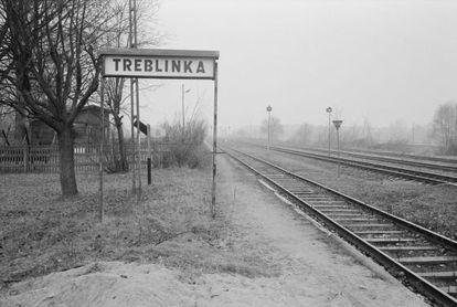 Os trilhos do trem pelos quais chegavam os prisioneiros.