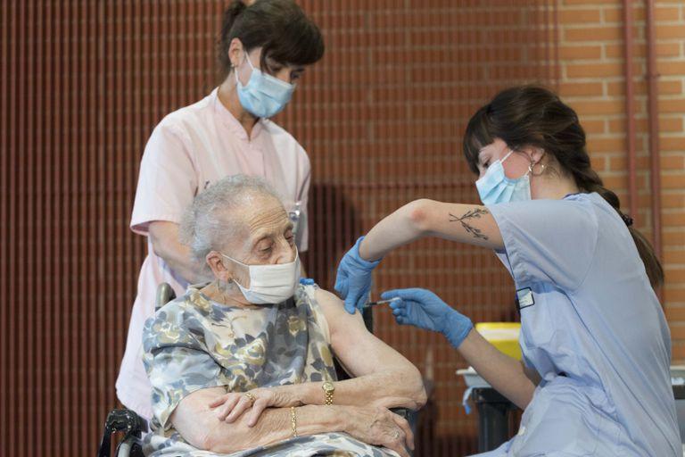Consuelo Landa, 91 anos, é vacinada na Espanha.