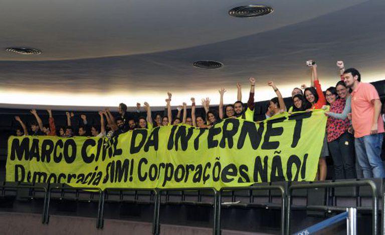 Público no Congresso comemora a votação do Marco Civil.