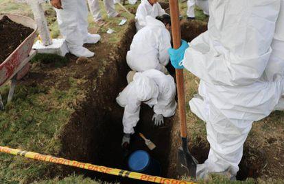 Exumação de supostas vítimas de execuções extrajudiciais no cemitério de Dabeiba, no Departamento de Antioquia.