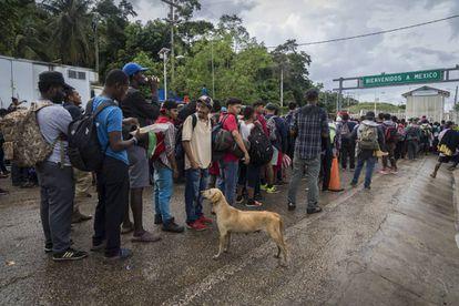 Migrantes esperam na fronteira de El Ceibo.