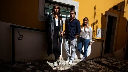 Da esquerda para a direita, Carminho, Camané e Teresinha Landeiro, fotografados no bairro da Alfama, em Lisboa.