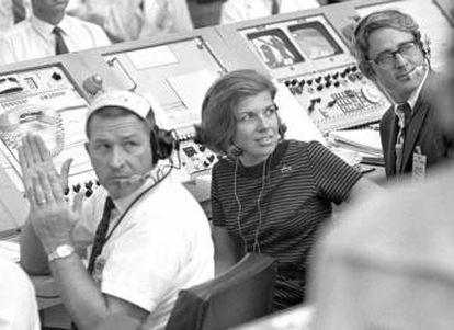 JoAnn Morgan, na sala de Cabo Canaveral, na Flórida, encarregada de controlar os críticos momentos iniciais da decolagem da 'Apollo 11'.