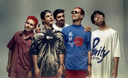 Samuel Reoli, Dinho, Júlio Rasec, Sérgio Reoli e Bento Hinoto,, integrantes da banda Mamonas Assassinas, posam para foto em 28 de agosto de 1995.