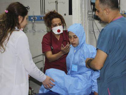 Médicos turcos atendem uma vítima do ataque químico.
