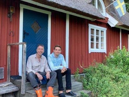 Os pesquisadores Svante Pääbo e Hugo Zeberg na semana passada, na cabana sueca em que realizaram seu estudo. ARQUIVO PESSOAL