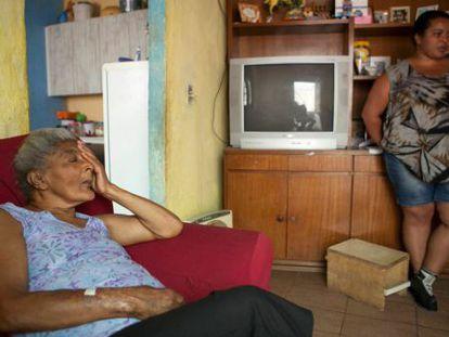 Maria, 70 anos, e Iolanda, 34, na casa da família em Guaianases.
