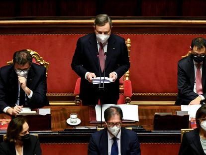 O primeiro-ministro da Itália, Mario Draghi, rodeado por membros de seu Executivo no Senado, nesta quarta.