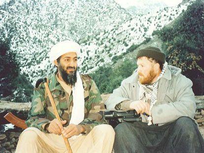 Mustafá Setmarian junto a Osama Bin Laden nas montanhas de Tora Bora (Afeganistão) em 2001.