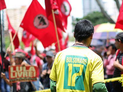 Apoiador de presidente eleito Jair bolsonaro observa a manifestação pró-Lula em Curitiba, em julho de 2019.