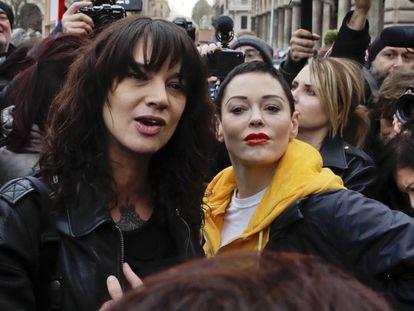 Asia Argento, à esquerda, com Rose McGowan em uma manifestação em Roma em março