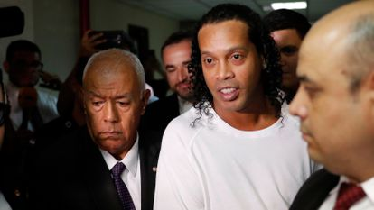 O ex-jogador Ronaldinho após ser detido pdela polícía paraguaia.