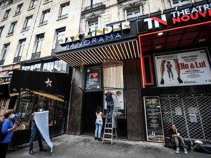 Trabalhadores preparam a reabertura de um cinema, em Paris.