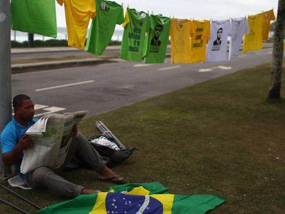 Um vendedor de camisas no Rio de Janeiro