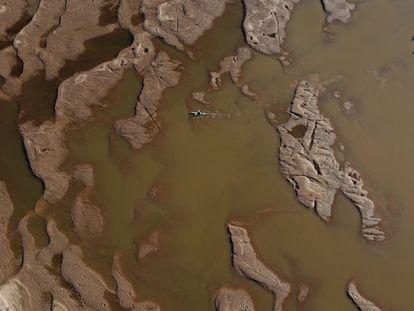 Um dos principais braços do Rio Paraná, totalmente seco. É a pior baixa dos últimos 77 anos e, segundo o Instituto Nacional da Água (INTA), a situação vai se agravar nos próximos meses.