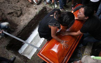 Familiares do jornalista Rubén Espinosa, durante seu enterro.
