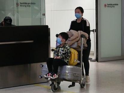 Passageiros usando máscaras no Aeroporto Internacional de Guarulhos, São Paulo.