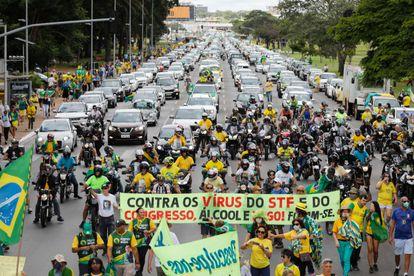 Segundo os organizadores, 2.500 carros e 8.000 pessoas a pé participaram do protesto contra o Legislativo e o Judiciário em Brasília. Na imagem, os manifestantes neste domingo.