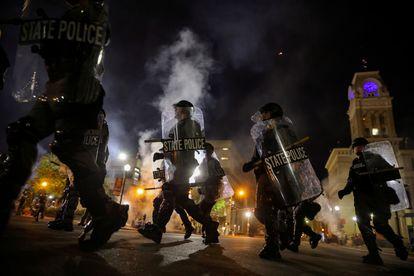 Policiais durante os protestos em Louisville (Kentucky).