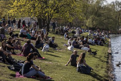 Berlinenses em um parque.