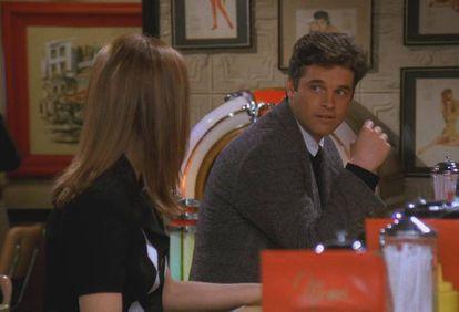 """""""Este sujeito vai ajudar você sem nenhum motivo aparente? (...) Parece que Mark está querendo um pouco de sexo..."""". Esse é o raciocínio de Ross quando Rachel lhe conta que um desconhecido, ao saber que ela está em busca de um emprego no mundo da moda, se ofereceu para interceder em seu favor na empresa onde ele trabalha e que está com uma vaga em aberto. Quando Mark consegue que ela seja entrevistada, Ross mantém uma conversa histérica com Monica, irritado com o fato de que namorada irá almoçar com um sujeito atraente que só se interessa em tê-la para si. Monica age como uma espécie de voz da razão, e o acusa de imaturidade e de desconfiar de sua namorada, que está diante de uma grande oportunidade de trabalho. Quem assistiu a toda a série sabe que o ciúme obsessivo de Ross em relação à ligação de Rachel com Mark estava, aqui, apenas começando."""