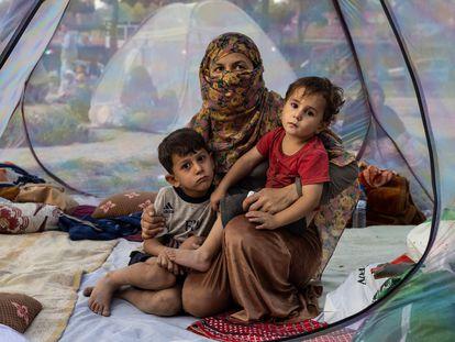 Uma família deslocada de sua casa pelo avanço das forças do Taleban em 12 de agosto em Cabul, a capital afegã.