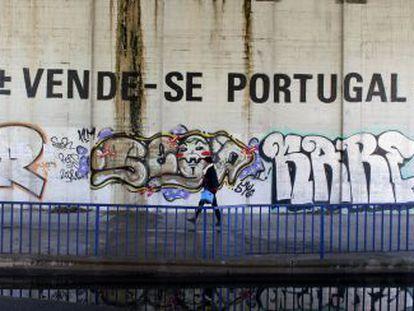 Grafite do artista MaisMenos em uma rua de Lisboa.