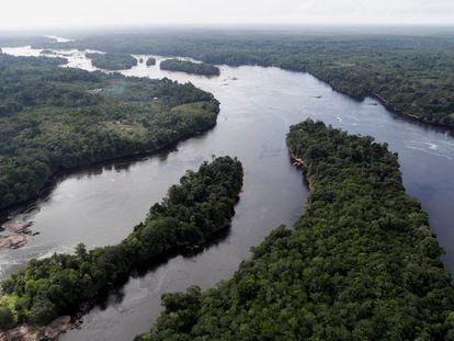 Vista aérea do rio Uaupés, no Alto Rio Negro, na Amazônia brasileira.