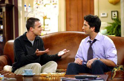 """No sexto capítulo da nona temporada, Ross e Rachel enlouquecem tentando encontrar uma boa babá para sua filha Emma. Acabam achando.... mas é um homem. Algo que Ross não aceita muito bem: """"Que tipo de trabalho é esse para um homem?"""", chega a perguntar ele a Rachel. Além disso, Sandy, o cuidador, interpretado por Freddie Prinze Jr., é """"sensível demais"""" para o gosto de Ross, que se sente incômodo. Quando Ross lhe pergunta se é gay – o que na série parece ser normalíssimo numa entrevista de emprego –, Sandy se justifica deixando claro que não é homossexual e que na verdade está noivo. Quando finalmente é contratado, o rapaz se emociona, e Ross provoca: """"No mínimo é bissexual"""". Uma combinação que chama a atenção numa série desde o começo tratava como algo normal o casamento entre duas mulheres, mas que, ao longo das suas 10 temporadas, contém inúmeras piadas homofóbicas. Se ainda restavam dúvidas, Sandy acaba sendo demitido."""
