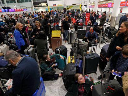 Passageiros esperam em terminal do aeroporto de Gatwick, em Londres.