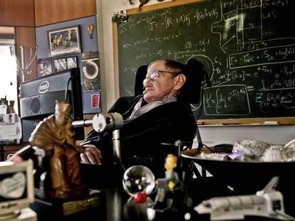 Stephen Hawking em seu escritório da Universidade de Cambridge, em 2011.