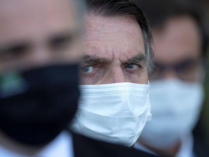 O presidente Bolsonaro olha o senador Rodrigo Pacheco durante pronunciamento nesta quarta-feira.