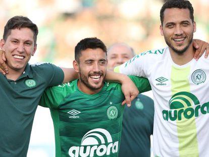 Follmann, Alan Ruschel e Neto comemoram a vaga na Libertadores.