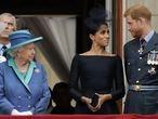 La reina Isabel II (a la izquierda) observa a Meghan Markle y Enrique de Inglaterra en el balcón del palacio de Buckingham, en julio de 2018.