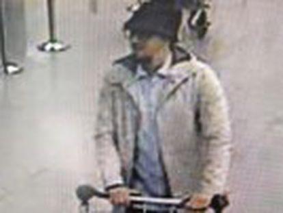 Um terceiro homem-bomba ainda não foi identificado. A imprensa local identifica o foragido como Najim Laachraoui
