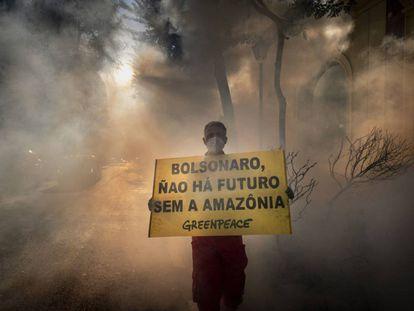 ONG Greenpeace Brasil faz protesto contra incêndios na Amazônia.
