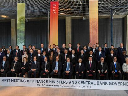 Participantes da cúpula de ministros de Finanças e presidentes de bancos centrais do G-20 posam na 'foto de família' em Buenos Aires.