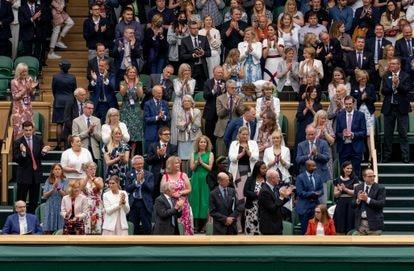 O público de Wimbledon aplaude Sarah Gilbert em 28 de junho.