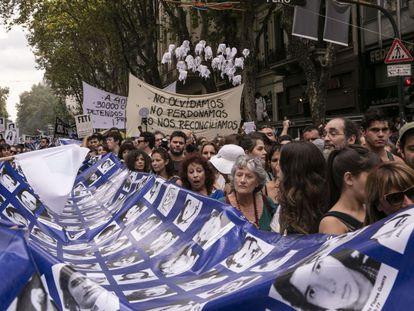 A grande faixa com os rostos dos desaparecidos voltou a percorrer as ruas.