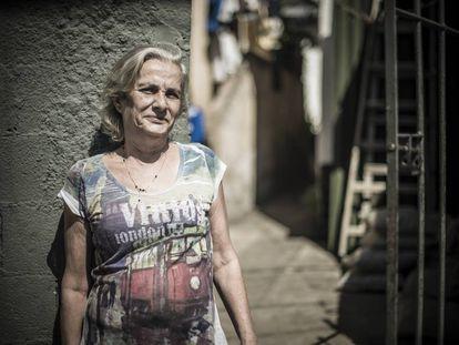 Maria Lúcia, 64, que precisou comprar uma caixa d'água para driblar as torneiras secas